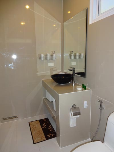 english photo 36, Bathroom Sacre Coeur Room with Cw Washbasin and Hand Shower